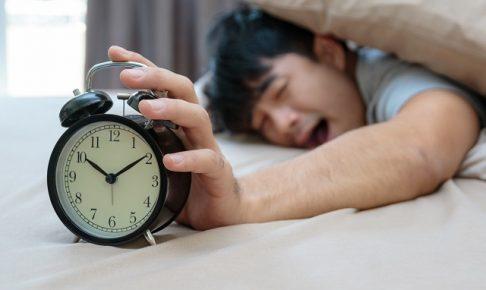 睡眠時間が足りない男性