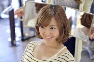 髪の仕上がりを確認する女性
