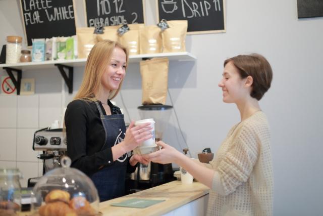カフェでドリンクを受け取る女性