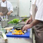 キッチンの調理風景