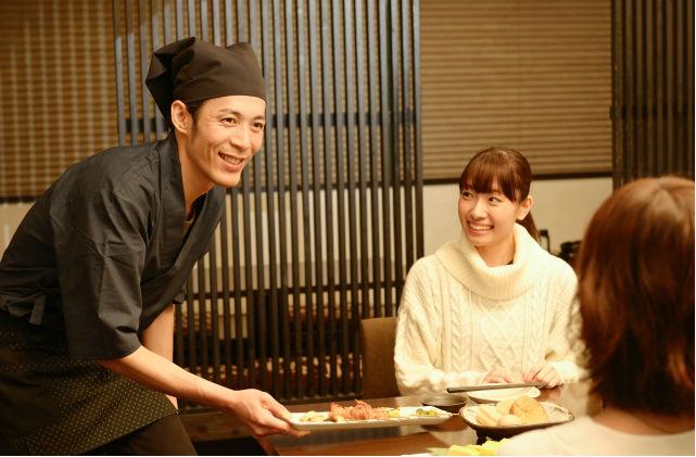 料理を提供するスタッフ