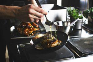 飲食店の厨房での調理風景01