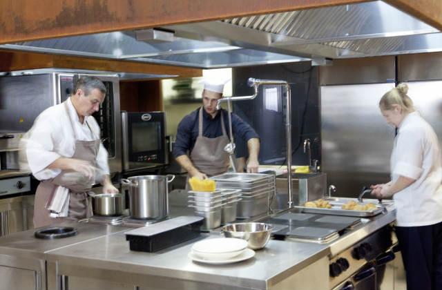飲食店の厨房での調理風景02