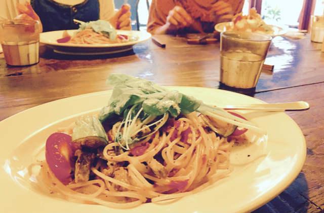 飲食店のテーブルで食事するグループ
