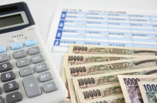 一万円札と電卓と給与明細