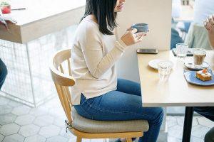 飲食店でランチタイムの女性