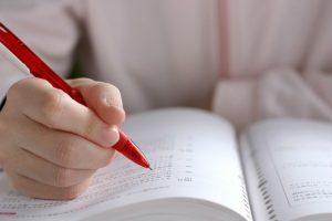 テキストに向かって勉強する人