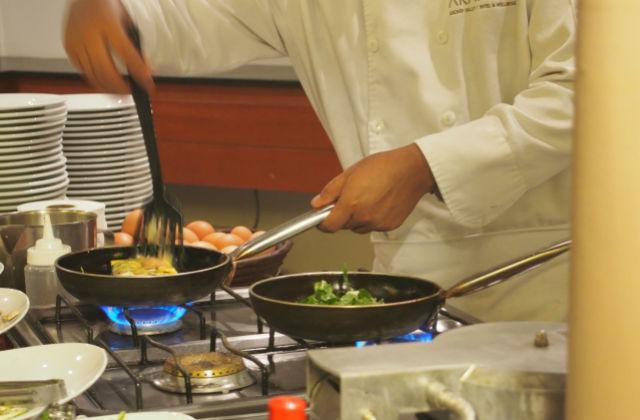 調理する料理人