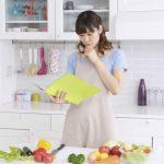 料理を考える女性
