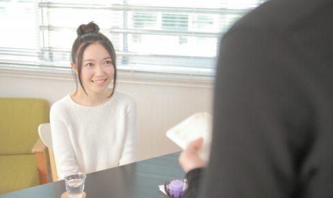 笑顔で注文する女性