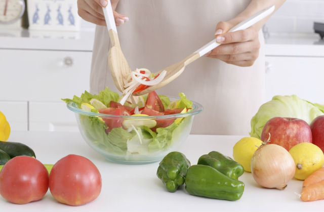 サラダを盛り付ける