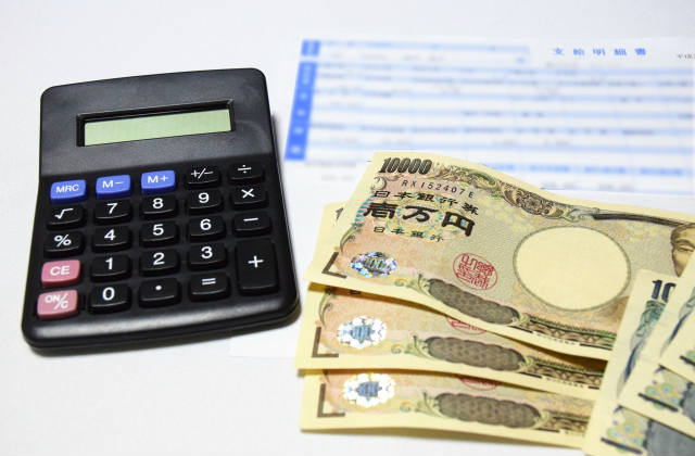 一万円札と電卓