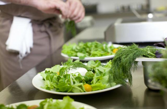 サラダを作るキッチンスタッフ