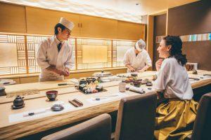お寿司を食べる女性