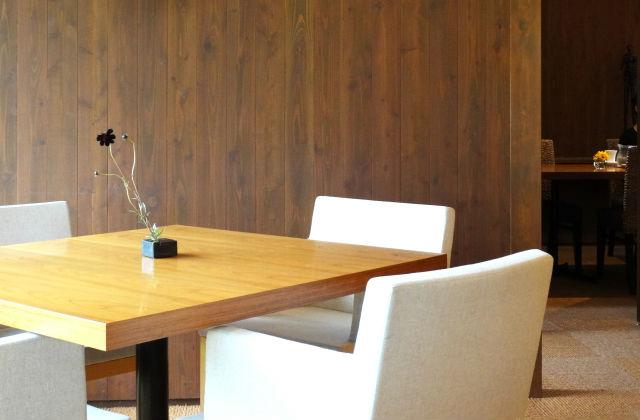 カフェの机と椅子