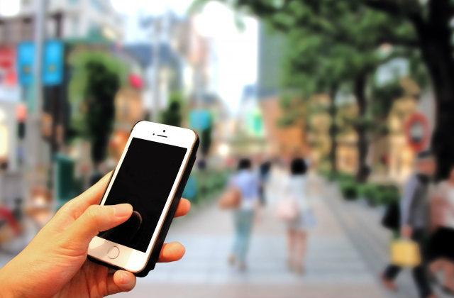スマートフォンと街並み