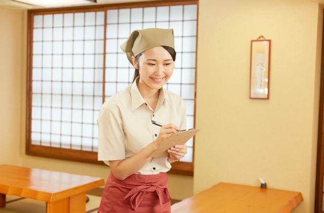 笑顔で接客をする女性