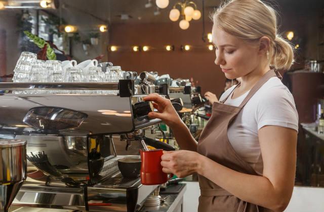 コーヒーをいれる店員