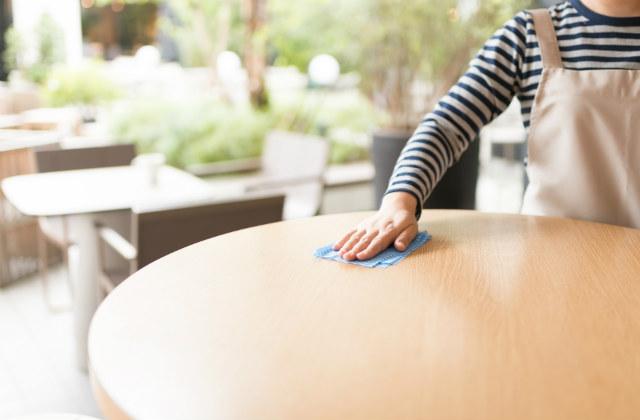 テーブルを拭く手