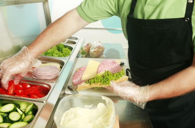 手袋をつけてサンドイッチを作る
