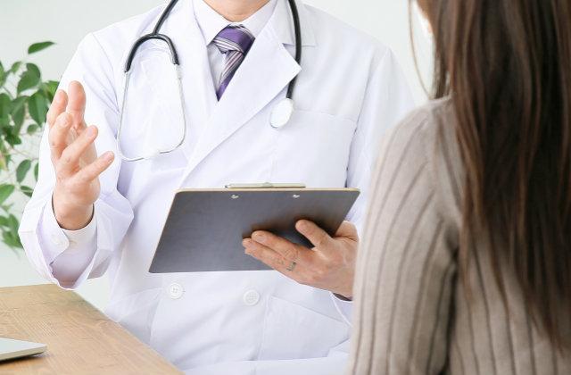 医者に説明を受ける女性