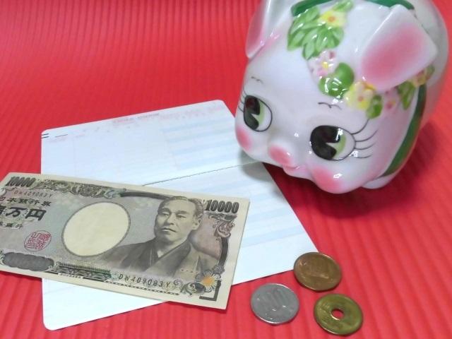 有給でもらえたお金を貯めるブタの貯金箱